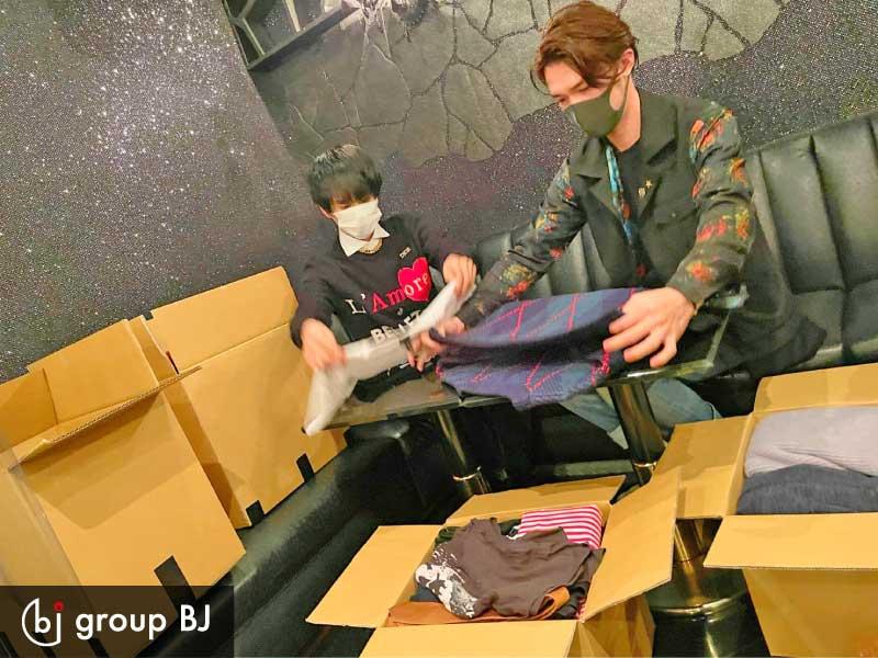 group BJ様、寄付するお洋服を梱包していただいている様子 その1