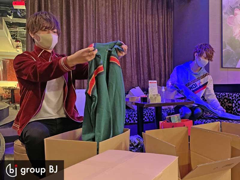 group BJ様、寄付するお洋服を梱包していただいている様子 その2